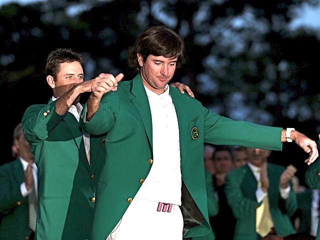 Charl Schwartzel und Bubba Watson (r.): Der Vorjahressieger hilft dem Champion ins grüne Sakko.Foto: www.masters.com