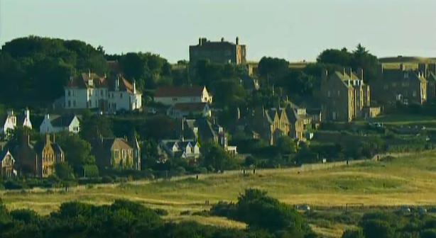 Sommer in Schottland: Der Open-Schauplatz Muirfield vor den alten Sandstein-Häusern von Gullane.