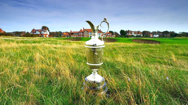 Der Claret Jug im Gras von Royal Liverpool: 51,2 Zentimeter pure Symbolkraft. © The Open.com