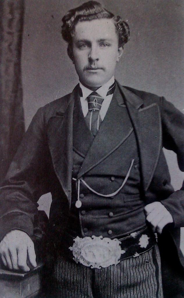 """Tom Morris Jr. mit dem """"Challenge Belt"""": Nach drei Open-Siehgen in Serie gehörte der Gürtel 1870 endgültig ihm. © MiB"""